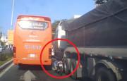 Sabırsız Motosikletli Otobüsle Kamyon Arasında Kaldı