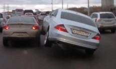 Aracın Üstüne Çıkmaya Çalışan Mercedes CLS Sürücüsü