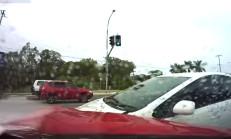 Kırmızı Işıkta Geçen Prius, HSV GTS'e Çarpıyor