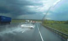 Accent Blue Yağışlı Yolda Kaza Yapıyor