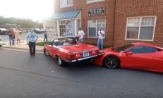 Ferrari 458'i Park Halinde Katleden Bayan