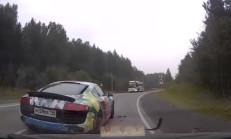 Hatalı Sollama Yapan Audi R8, Çarpıp Kaçıyor