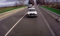 Dacia Logan Sürücüsü Tırın Üstüne Sürüyor