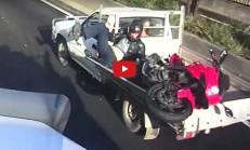Dikkatsiz Motosikletli, Soluğu Pick-Up'ın Kasasında Aldı