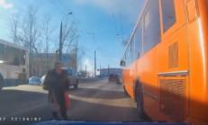 Yaşlı Kadına Vurmamak İçin Otobüse Çarpıyor