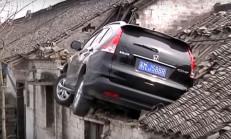 Honda CR-V Sürücüsü, Evin Çatısına Düştü