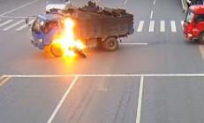 Motosiklet Sürücüsü Kamyonun Yakıt Deposuna Çarparsa