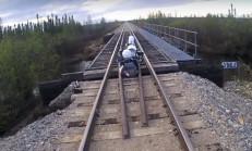 Motosikletli Sürücü Demiryolu Köprüsüne Sıkışırsa