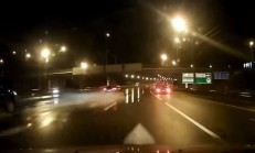 Hızlı Giden Ford Mondeo, Islak Yolda Kontrolden Çıkıyor