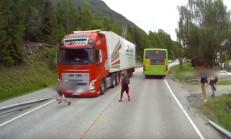 Volvo'nun Acil Frenleme Sistemi, Çocuğun Hayatını Kurtardı!