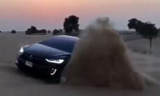 Tesla Model X, Arap Çöllerinde Eğlenirken Yakalandı