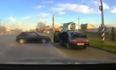 Sürücü, İki Araç Arasında Sıkıştı