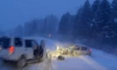 Karlı Yolda Üç Araba Birbirine Girdi