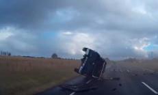 Nissan Navara, Takla Atarak Karşı Şeride Geçiyor