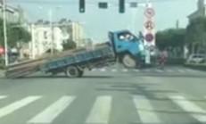 Aşırı Odun Yüklü Kamyon Sürücüsü Yolun Ortasında Kaldı