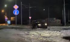 BMW X5 Virajı Dönemeyince Kaza Yaptı