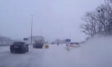 Buzlu Yolda Duramayan Toyota Corolla, Yaya'ya Çarptı!