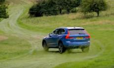 Volvo XC60 ile Alfa Romeo Stelvio Çimler Üzerinde Kozlarını Paylaşıyor