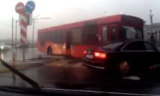 Kırmızı Işıkta Geçen Otobüs, Audi A8'i Biçti