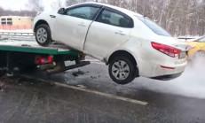 Aracı Çekilen Rus Sürücü, Kendi İmkanlarıyla Çekiciden İndirdi
