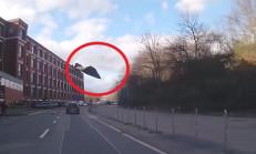 Çatı Uçunca Araçların Üstüne Düştü