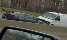 Ters Yoldan İlerleyen Camaro Minibüsle Çarpıştı