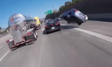 Dikkatsiz Kia Sürücüsü Camaro'ya Çarpıp Takla Attı
