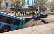 Kia Optima, Otobüsün Açtığı Çukura Düşmekten Son Anda Kurtuldu