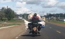 Kamyonda Taşınacak Yükü Motosikletle Taşınırsa!