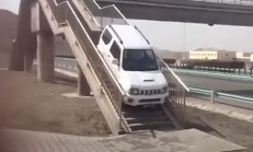 Suzuki Jimny, U Dönüşünü Yaya Üst Geçidinden Yaparsa!
