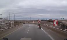 Viraja Hızlı Giren Motosikletli Metrelerce Yüksekten Aşağı Uçtu