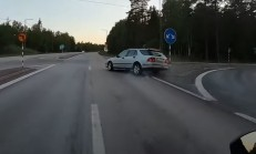 Sapağı Kaçıran Saab, Motosikletliyi Canından Edecekti
