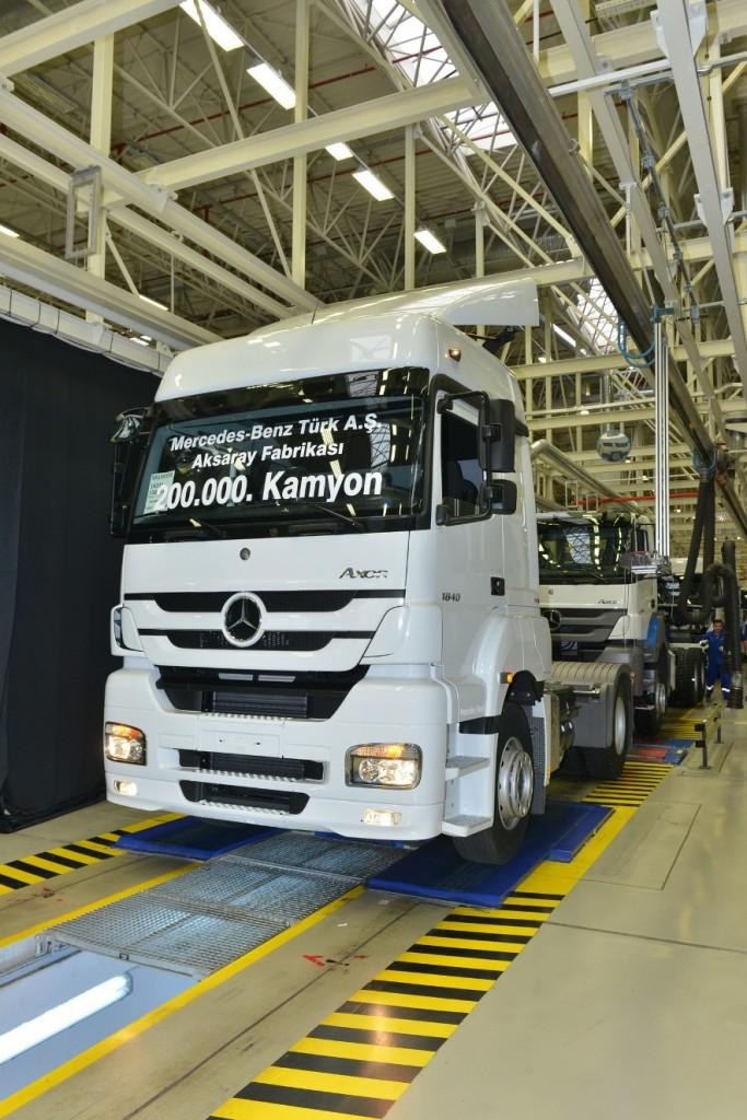 mercedes-benz türk 200.000'inci kamyonunu üretti - oto kokpit