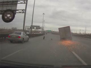 seyir-halindeki-kamyonun-tekeri-patlarsa