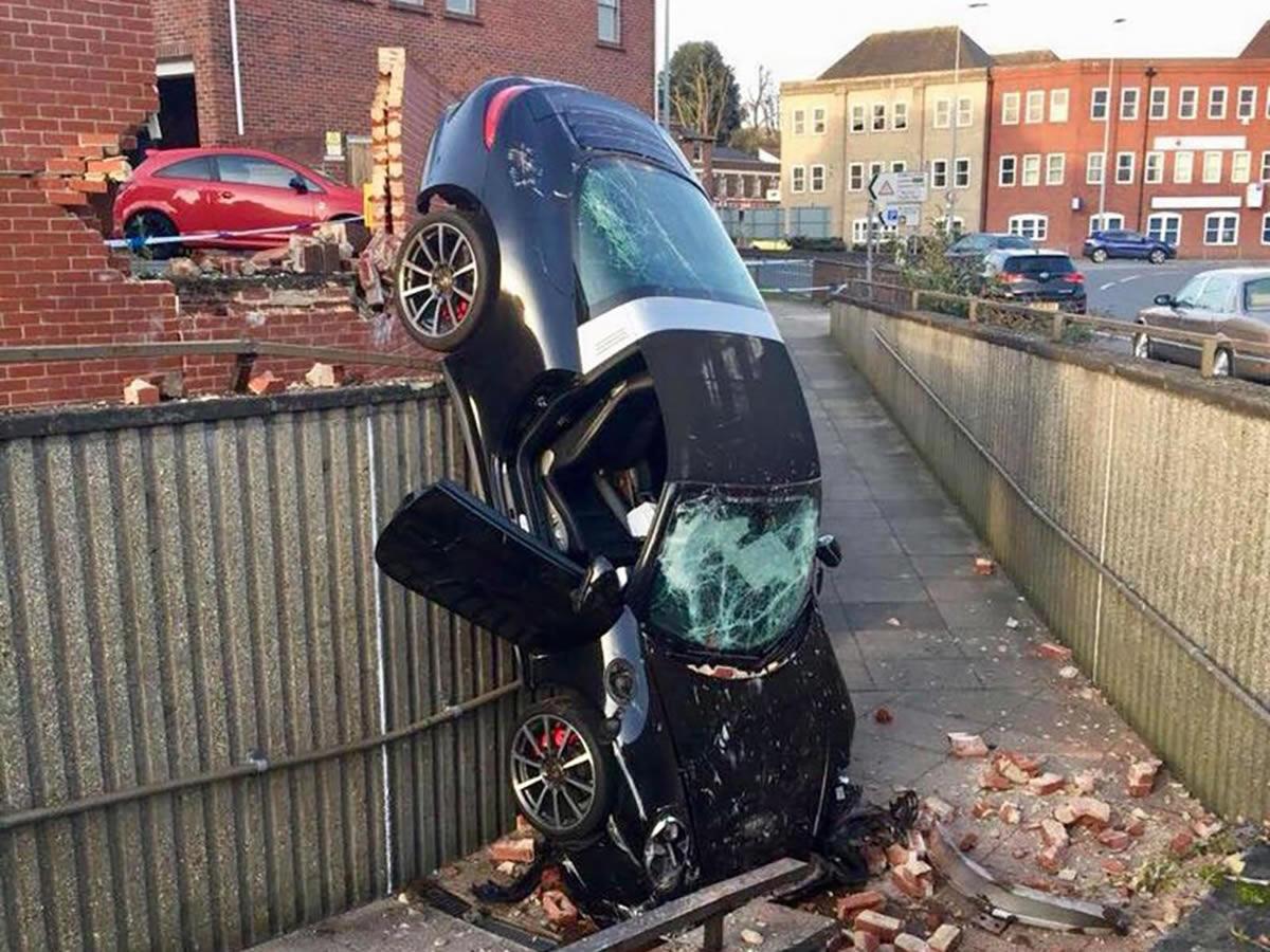Yaşlı Sürücü Porsche 911 Targa 4S Kazası