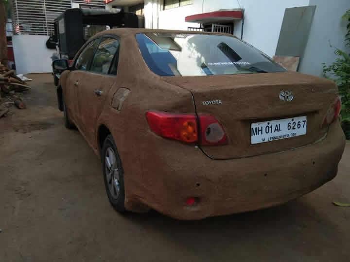 İnek Gübresi ile Kaplanan Toyota Corolla