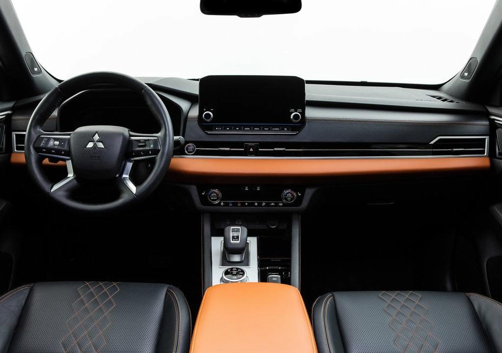 2022 Yeni Kasa Mitsubishi Outlander Kokpiti